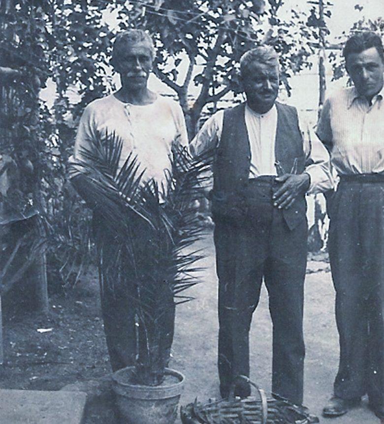 Antonio Michelini (U bacan) con Mulassano Michele (proprietario di una ditta di concimi di Bra) e Pietro Michelini davati a casa. Primi anni '50