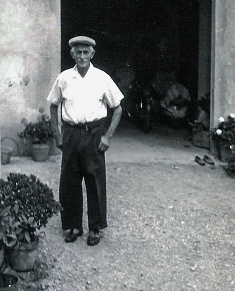 Antonio Michelini (detto U Bacan), davanti a un capannone dell'azienda