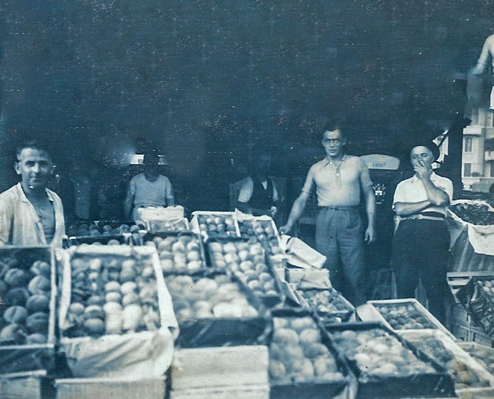 Pietro Michelini (detto Pedrin), nonno di Davide, al mercato ortofrutticolo. Vendevano le loro pesche nei mercati di Genova e Milano. Fine anni '40.
